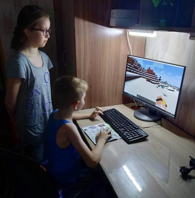 Дети играют на компьютере